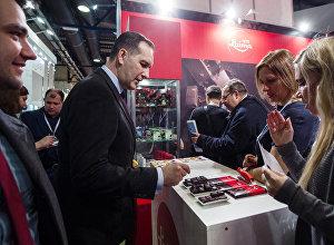 На стенде фабрики Laima посол Латвии Марис Риекстиньш продегустировал новые сорта латвийского шоколада