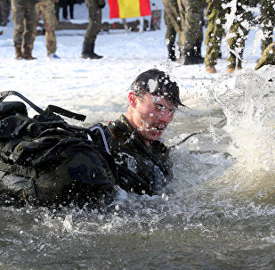 Солдаты батальона НАТО в Латвии окунулись в прорубь