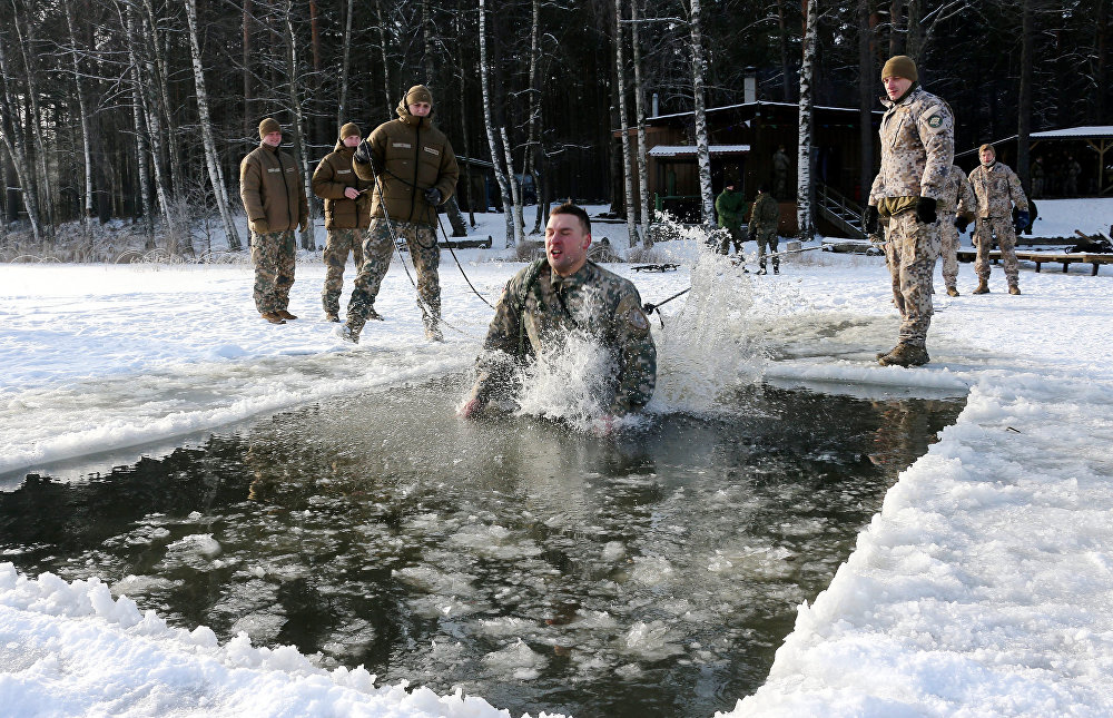 Mācību ietvaros Ziema karavīri apguva izdzīvošanas tehniku bargos laikapstākļos.
