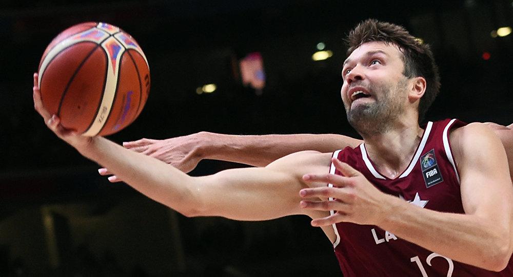 Баскетболист Кристапс Яниченокс
