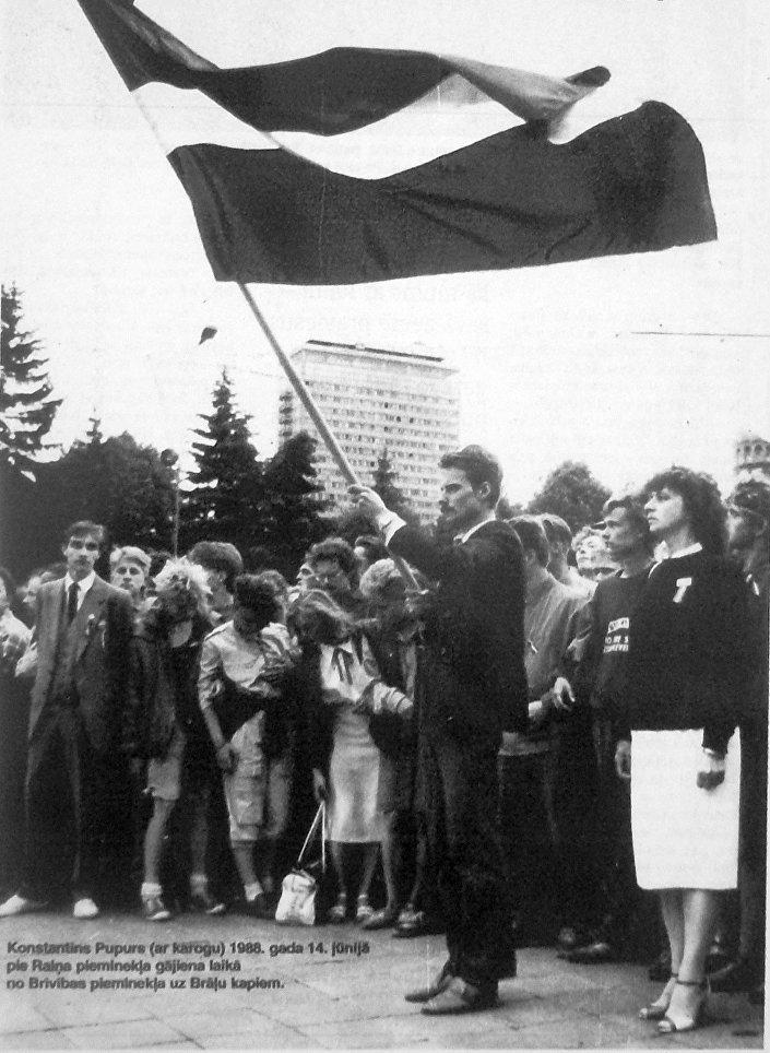 14 июня 1988 года Константинс Пупурс впервые после войны пронес по улицам Риги красно-бело-красный флаг