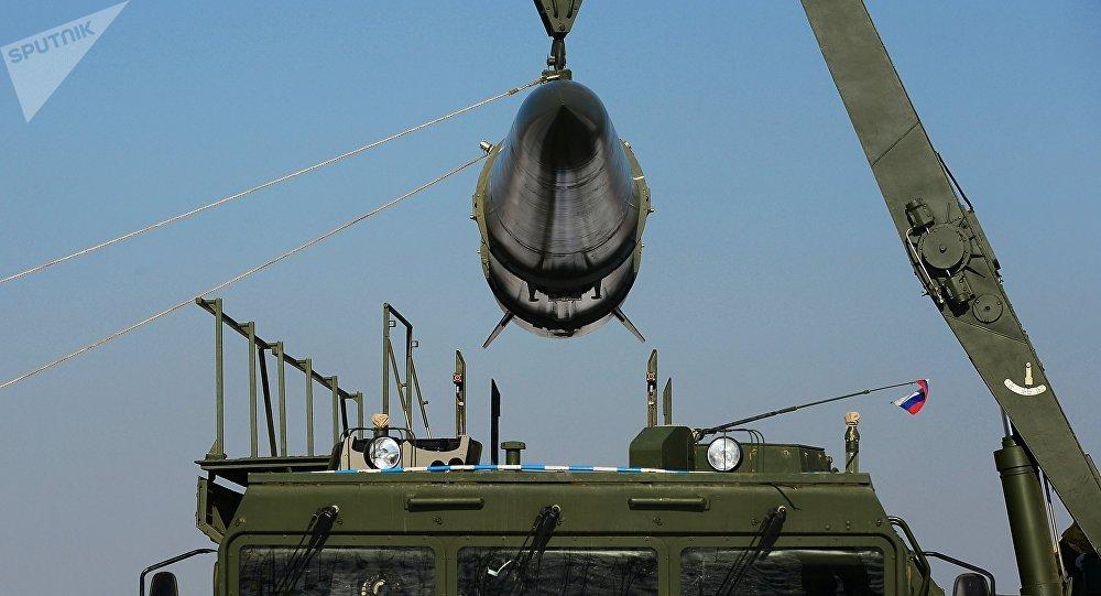 Загрузка ракеты транспортно-заряжающий машиной на самоходную пусковую установку оперативно-тактического ракетного комплекса Искандер-М