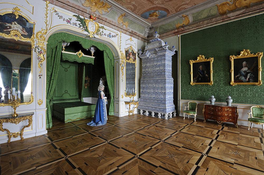 Filmā: Pjēra Bezuhova guļamistaba. Muzejā: hercoga Bīrona guļamistaba