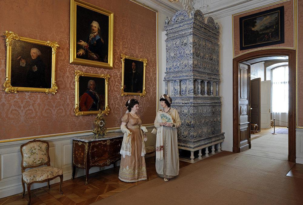 Filmā: Rostovu viesistaba. Muzejā: valdnieku istaba. Šeit portretos redzamas kronētas personas, no kurām bija atkarīgi Kurzemes un Ernesta Johanna Bīrona likteņi