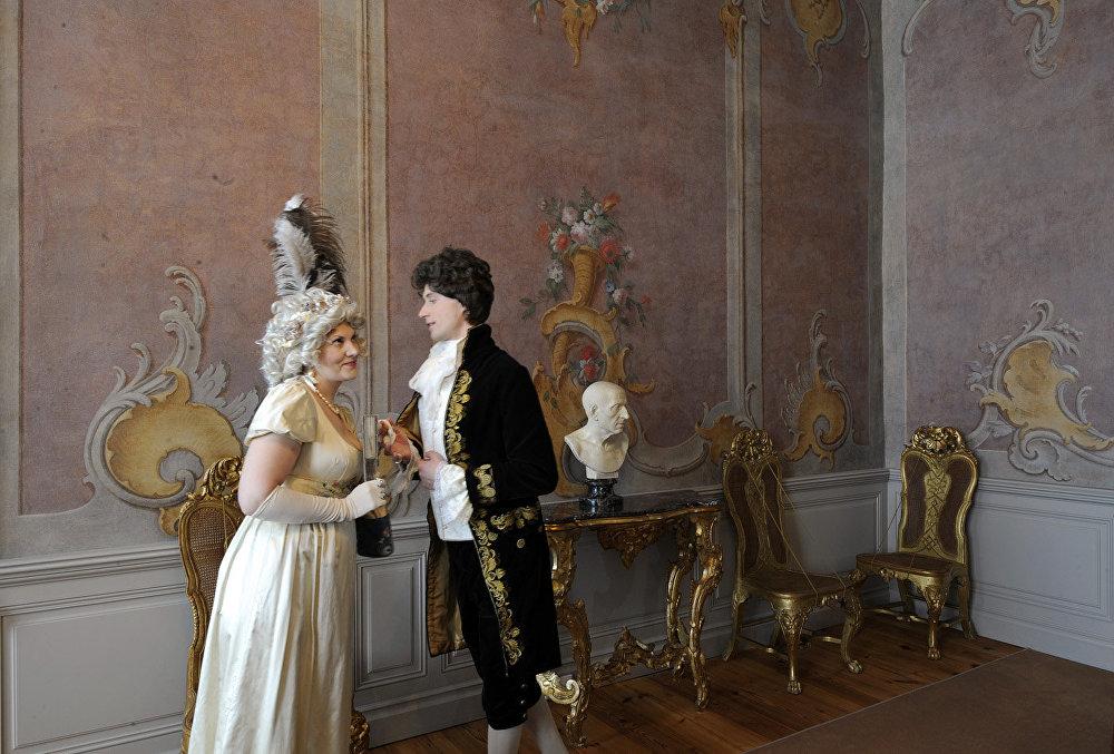 Filmā: istaba Rostovu namā. Muzejā: hercoga kabinets