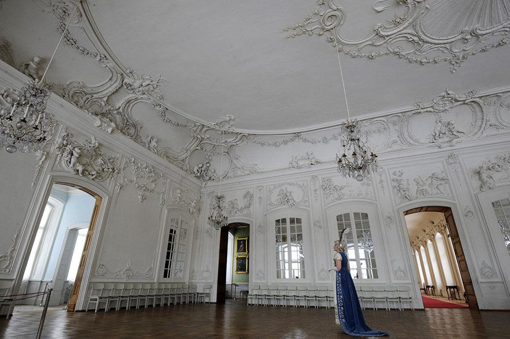 Filmā: istaba Bezuhovu mājā. Muzejā: Baltā baļļu zāle