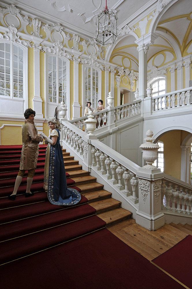 Filmā: Bezuhovu mājas kāpnes. Muzejā: kāpnes uz hercogienes apartamentiem