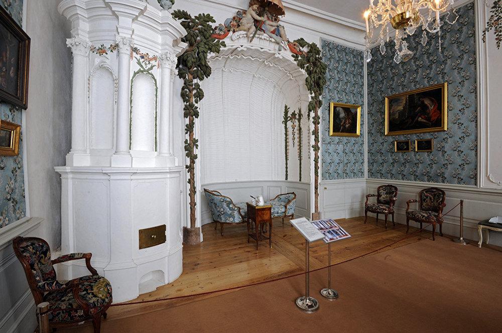 Filmā: Elenas guļamistaba. Fonā: dīvāns, uz kura tika filmētas mīlas scēnas. Muzejā: hercogienes buduārs. Padomju laikā, pirms tam, kad pils kļuva par muzeju, šajā spārnā bija skola, bet šajā istabā – skolotāju istāba