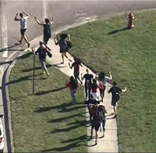 Pusaudzis skolā nošāvis 17 cilvēkus