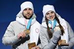Российские спортсмены Александр Крушельницкий и Анастасия Брызгалова (слева направо), завоевавшие бронзовые медали в турнире по керлингу в дисциплине дабл-микст, на церемонии награждения на XXIII зимних Олимпийских играх.