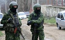 Сотрудники правоохранительных органов во время спецоперации в Дагестане, архивное фото