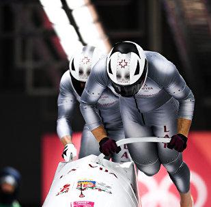 Оскар Мелбардис и Янис Стренга (Латвия) во время соревнований двоек по бобслею среди мужчин на XXIII зимних Олимпийских играх в Пхенчхане