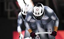 Оскарс Мелбардис и Янис Стренга (Латвия) во время соревнований двоек по бобслею среди мужчин на XXIII зимних Олимпийских играх в Пхенчхане