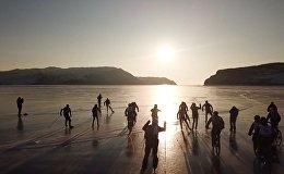 На льду Байкала устроили гонки на велосипедах, лыжах и коньках