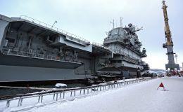 Тяжелый авианесущий крейсер Северного флота Адмирал флота Советского Союза Кузнецов у причала 35 судоремонтного завода АО Центр судоремонта Звездочка в Мурманске