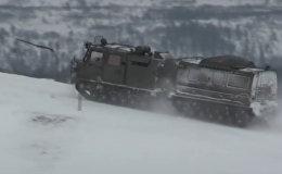 Krievijas motorizētie strēlnieki aiz Polārā loka izmēģina jaunu visurgājēju