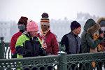 Туристы на Иоанновском мосту, соединяющем Петропавловскую крепость с Петроградским островом, в Санкт-Петербурге
