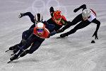 Слева направо: Шинки Кнегт (Нидерланды), Тибо Фоконне (Франция), Жэнь Цзивэй (Китай) и Робертс Звейниекс (Латвия) в забеге на 1000 метров в соревнованиях по шорт-треку среди мужчин на XXIII зимних Олимпийских играх, архивное фото