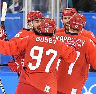 Российские игроки радуются заброшенной шайбе в четвертьфинальном матче Россия - Норвегия по хоккею среди мужчин на XXIII зимних Олимпийских играх.