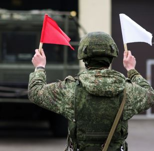 Военнослужащий во время учений оперативно-тактического ракетного комплекса (ОТРК) Искандер-М в Краснодарском крае