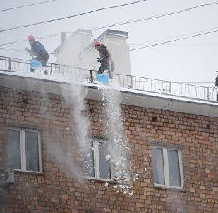 Чистка крыш сотрудниками коммунальных служб