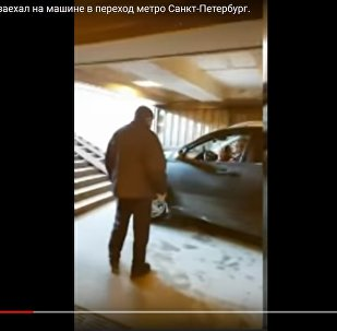 Внедорожник заехал в подземный переход в Питере и едва не сбил людей