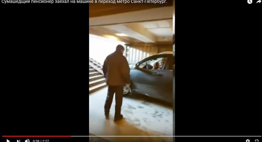 В Санкт-Петербурге пенсионер спустился в переход метро на внедорожнике
