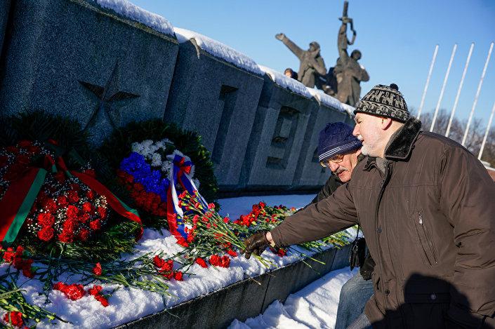 Возложение цветов к памятнику Освободителям 22 февраля 2018 года