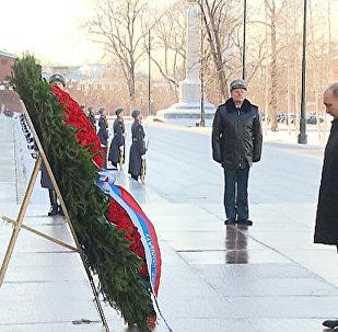 Путин возложил венок к Могиле Неизвестного солдата в День защитника Отечества