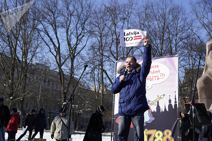 Депутат Европарламента Андрей Мамыкин на митинге в защиту образования на русском языке в Латвии. Рига, 24 февраля 2018 г.