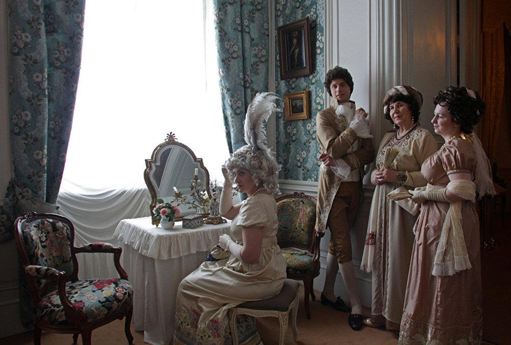 Filmā: Elenas Bezuhovas tualetes galdiņš viņas guļamistabā Bezuhovu mājā. Muzejā: hercogienes buduārs