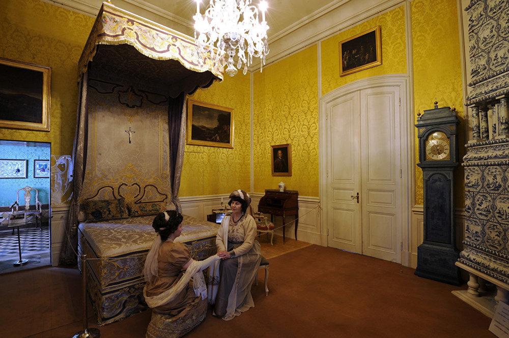 Filmā: mātes-grāfienes Rostovas guļamistaba