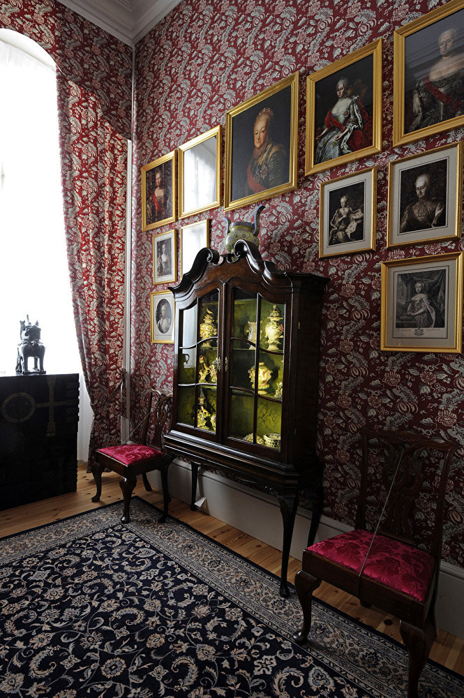 Filmā: Bezuhova kabinets. Muzejā: hercogienes priekšistaba