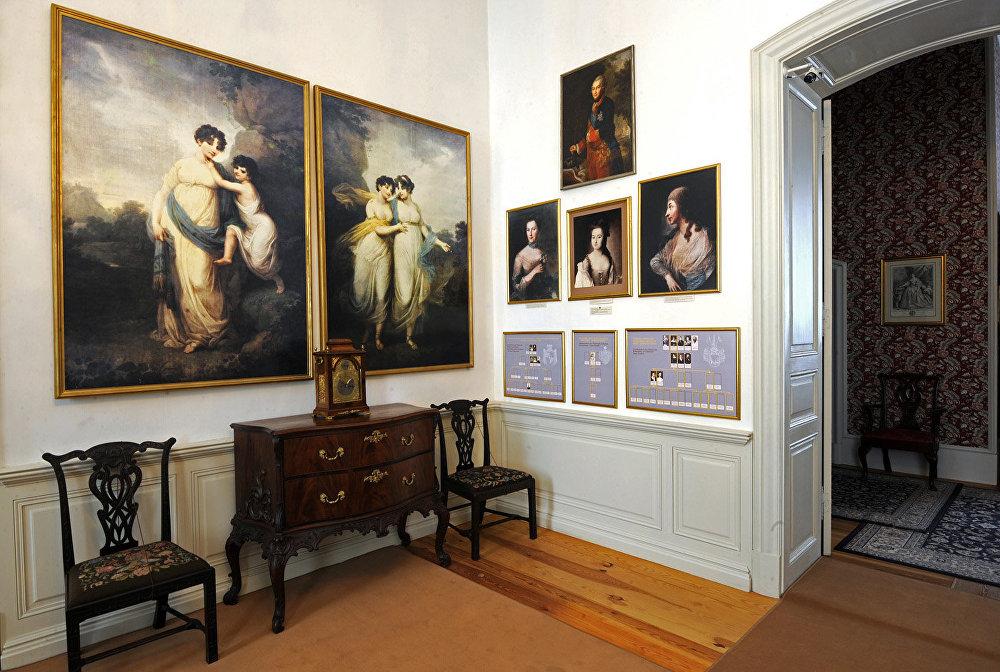 Filmā: telpa nav redzama, tikai šie portreti Elenas Kuraginas istabā. Tajos attēlota Pētera Bīrona sieva Doroteja ar jaunāko meitu Doroteju un divas viņas vecākās meitas Vilhelmīne un Paulīne