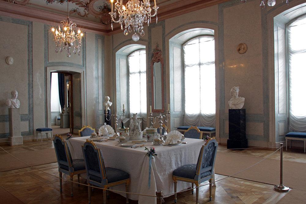 Filmā: Ēdamzāle Bezuhovu namā. Muzejā: Hercoga ēdamzāle. Kad pilī muzeja vēl nebija, te atradās skolas basketbola zāle