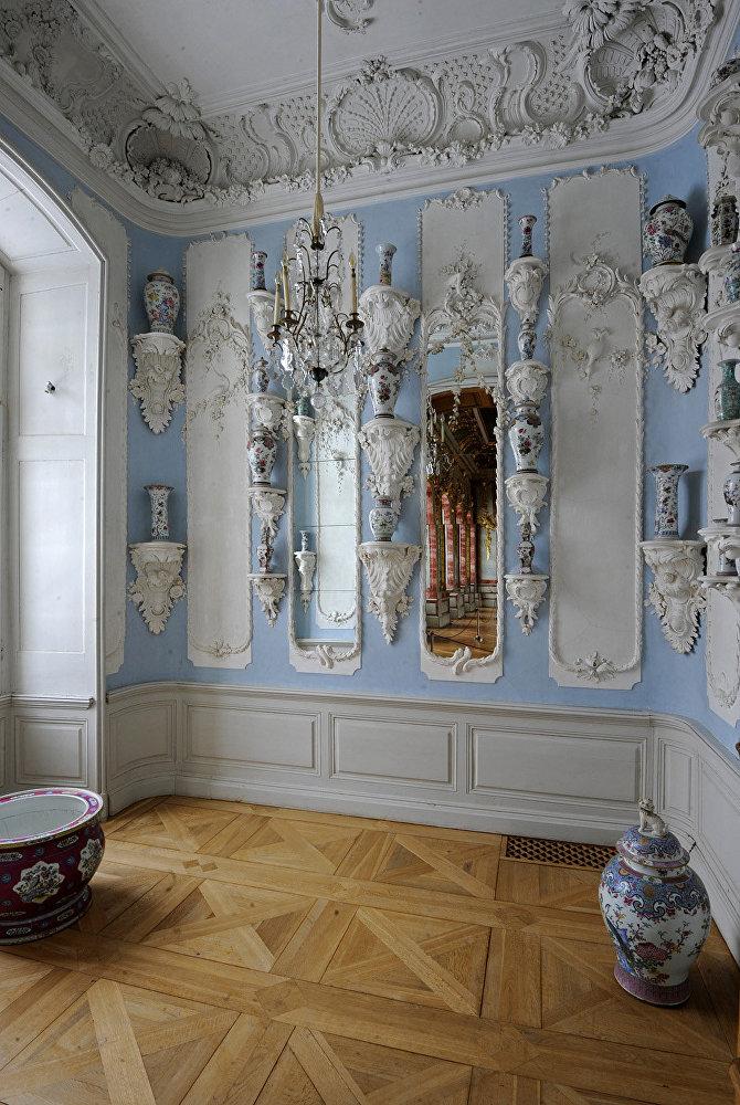 Porcelāna kabinets hercoga Bīrona Troņa zālē. Filmā: Annas Šēreras salona fonā