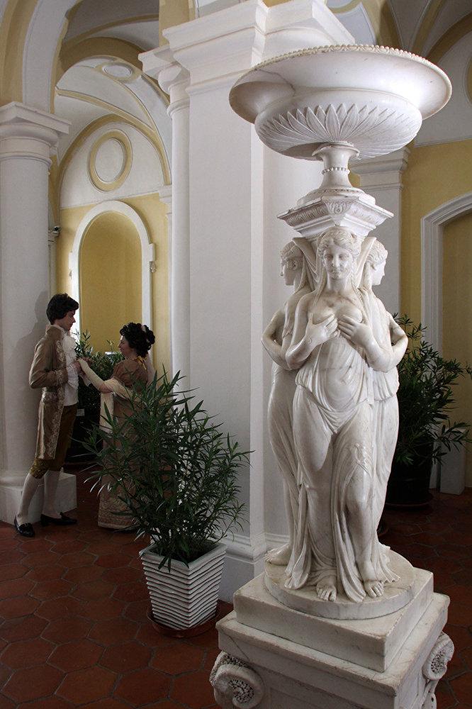 Filmā: siltumnīca Bolkonsku namā. Muzejā: viena no muzeja priekštelpām