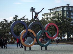 Олимпийские кольца, установленные на пляже Кенпо рядом с Олимпийской деревней в Канныне