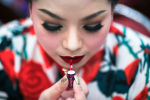 Участница готовится к выходу на сцену в финале конкурса красоты Мисс Джамбо в городе Накхонратчасима, Таиланд.
