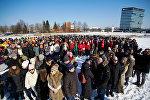 Работники банка ABLV собрались вместе для прощальной фотографии