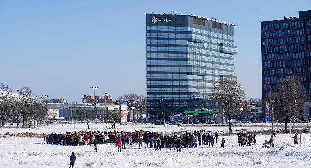Bankas ABLV darbinieki sapulcējušies atvadu fotogrāfijai