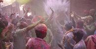 Indijā aizritējuši Holi svētki