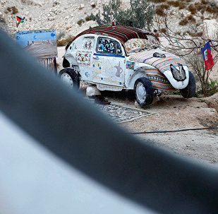 Pensionārs pārvērtis miniviesnīcā vecu Volkswagen Beetle