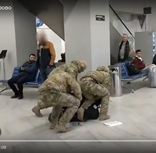 FDD darbinieki veica kaujinieka aizturēšanu Hrabrovas lidostas pasažieru acu priekšā