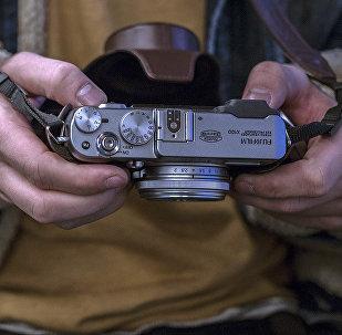 Фотокамера в руках фотографа