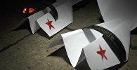 Sevastopolē ar papīra lidmašīnām pagodināja An-26 katastrofas upuru piemiņu