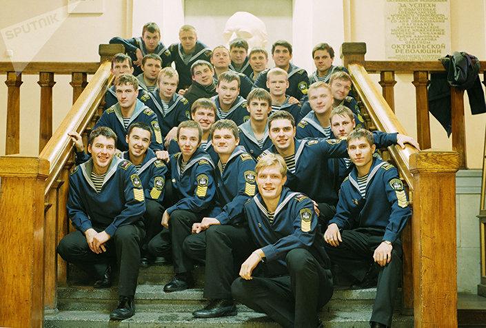 До начала актерской карьеры Кирилл (на переднем плане) был моряком