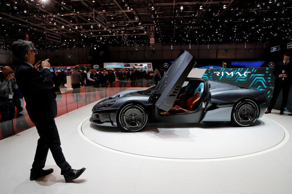 Посетитель фотографирует автомобиль Rimac Concept 2 на автосалоне Geneva International Motor Show-2018 в Женеве, Швейцария