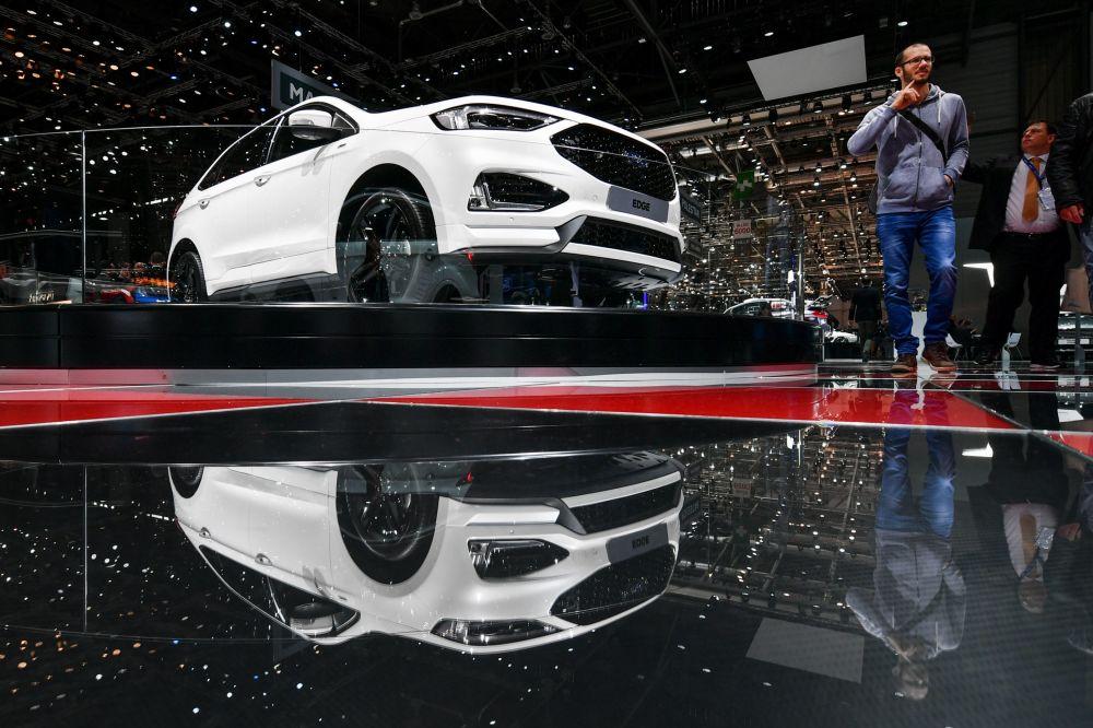 Посетители у автомобиля Ford Edge на автосалоне Geneva International Motor Show 2018 в Женеве, Швейцария