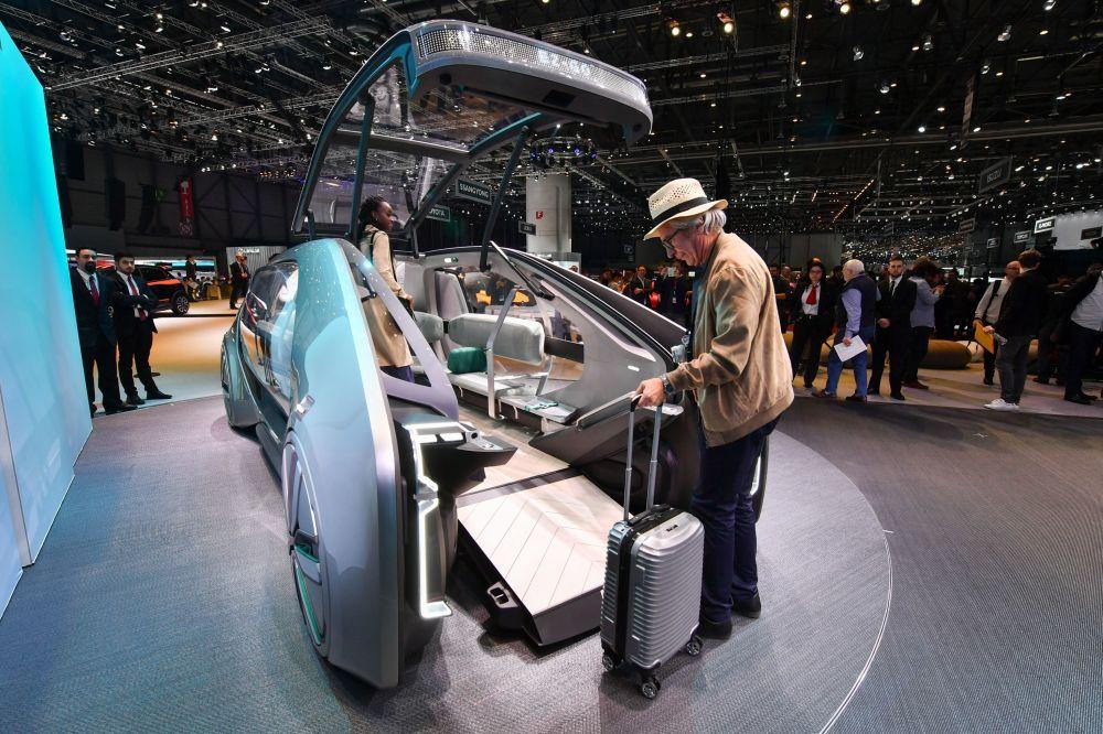 Автономный городской концептуальный автомобиль Renault EZ-GO на автосалоне Geneva International Motor Show 2018 в Женеве, Швейцария